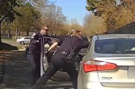سائق يرفض أن يعطي شرطي المرور رخصة القيادة فحدث ما لم يتوقعه