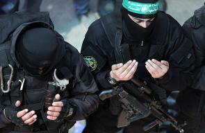 مقاتلو كتائب القسام خلال مشاركتهم في تشييع الشهيد مازن فقهاء في غزة