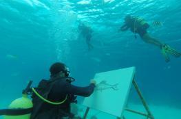 وسط الأسماك والشعاب المرجانية.. فنان كوبي يرسم لوحاته تحت الماء