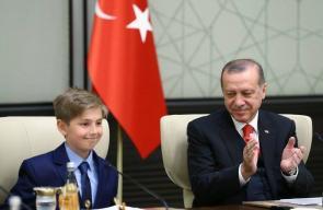 أردوغان يتنازل عن منصبه رمزيا لصالح طفل استقبله في القصر الرئاسي بمناسبة عيد الطفولة والسيادة الوطنية في تركيا