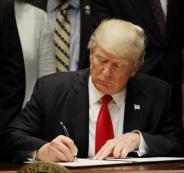783857-الرئيس-الامريكى-دونالد-ترامب-يوقع-امرا-تنفيذيا-على-التعليم-وهو-يشارك-فى-حدث-اتحادي-مع-حكام-فى-البيت-الابيض-فى-واشنطن-2