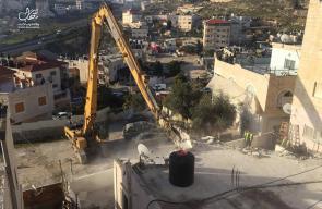 صور - جرافات الاحتلال تهدم منزلا لعائلة أبو رموز شمال مدينة القدس