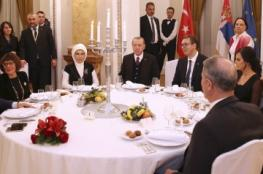 وزير الخارجية الصربي يكسر البروتوكول ويغني لأردوغان أغنية من التراث التركي