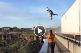 تجربة مجنونة.. مغامرون يقفزون من سقف شاحنة متحركة في وادٍ سحيق