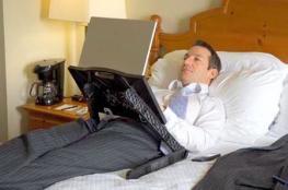 خبراء: العمل عن بعد من السرير مفيد للصحة العقلية