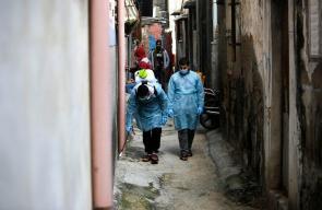 تعقيم شوارع مخيم الشاطئ للاجئين الفلسطينيين غرب مدينة غزة