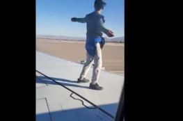 شاب متهور يصعد على جناح طائرة قبل لحظات من إقلاعها
