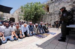 المقدسيين يؤدون الصلاة في محيط الأقصى والاحتلال يمنع دخول الصحفيين