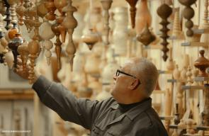 هشام كحيل 56 عاما، يمتهن حرفة النحت على الخشب منذ نحو 38 عاما
