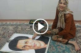 فتاة إيرانية من ذوي الاحتياجات الخاصة تبدع برسم المشاهير باستخدام قدمها فقط !