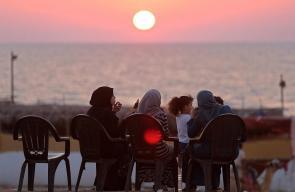 عائلات فلسطينية في غزة تلجأ للجلوس على شاطئ البحر في وقت الغروب