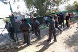 ضباط من جيش الاحتلال ووحدات القمع يقتحمون خيمة التضامن في الخان الأحمر
