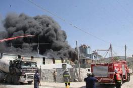 اندلاع حريق كبير في مصنع للبلاستيك وسط القطاع