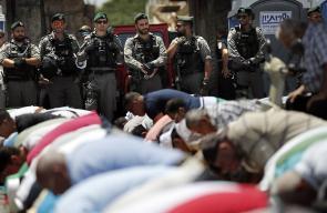 المقدسيون يواصلون الصلاة عند باب الأسباط لليوم الثالث على التوالي رفضا لإجراءات الاحتلال