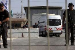 الاحتلال يعتقل زوجة أسير وشقيقه خلال زيارته