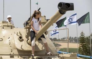 #صور   قوات الاحتلال تجعل الدبابات والأسلحة الحقيقية ألعابا لأطفال المستوطنين