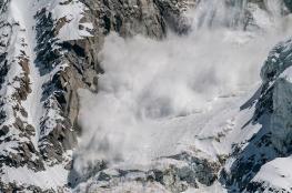 فيديو يرصد لحظات تغطية الثلوج لمتزلجين أمريكيين إثر كارثة الانهيار