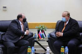 أبو مويس يبحث مع سفير سلوفاكيا تعزيز التعاون في قطاعي التعليم العالي والبحث العلمي