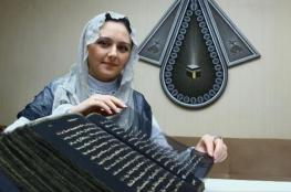 فنانة أذربيجانية تنجز أول مصحف مكتوب على الحرير في العالم