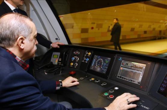 أردوغان يقود مترو أنفاق في رحلته الأولى على خط جديد بإسطنبول