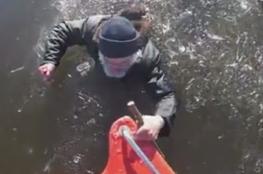 إنقاذ رجل سقط في نهر جليدي