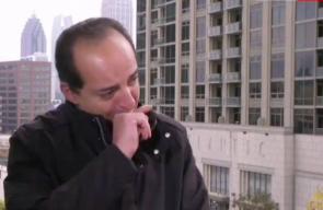 مراسل الجزيرة يبكي في بث حي تأثراً بوفاة والدته