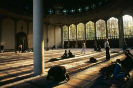 الغارديان: درجة عالية من عدائية البريطانيين للعرب والمسلمين