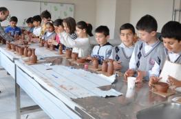 تركي يجوب المدارس لتعريف الأطفال بصناعة الفخار