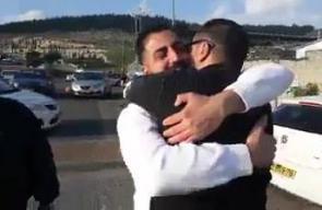 #شاهد لحظة لقاء الشقيقين المحررين مجد وموسى درويش من القدس المحتلة، بعد أن فرقهما الاحتلال 13 عاما، حيث اعتقل مجد في يوم تحرر شقيقه موسى الذي أمضى 12 عاما في الأسر.