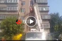 رافعة بناء لإنزال رجل بدين من شقته في الصين