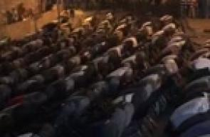 #شاهد #مباشر المقدسيون يتجمعون أمام #باب_الأسباط لأداء صلاة المغرب .  #جمعة_الأقصى