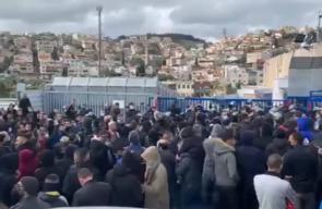 المئات يتظاهرون في