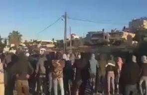 #شاهد شبان يغلقون مدخل النفق على الطريق الرابط بين قرى شمال غرب القدس ومدينة رام الله نصرة للأسرى