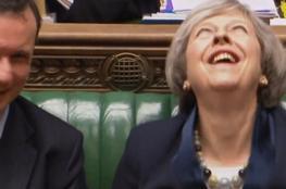 رئيسة وزراء بريطانيا تنفجر في نوبة ضحك أرعبت حرسها الخاص