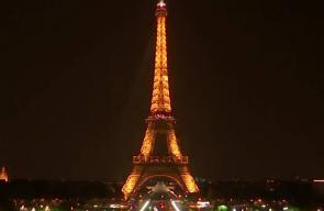 #فيديو اطفاء أنوار برج ايفل في باريس تكريما ل300 شخص قتلوا في مقديشو بتفجير انتحاري