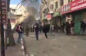 #شاهد قوات الاحتلال تعتقل طفلاً خلال المواجهات في منطقة باب الزاوية بمدينة الخليل.