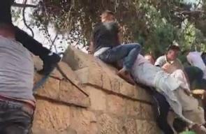 #شاهد شهيد بلدة الطور بالقدس محمد أبو غنام، لحظة اخراج جثمانه خوفا من احتجاز الاحتلال له