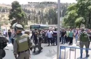 #شاهد جانب من قمع قوات الاحتلال للمصلين عند باب الأسباط بالقدس المحتلة ظهر اليوم. #جمعة_الغضب
