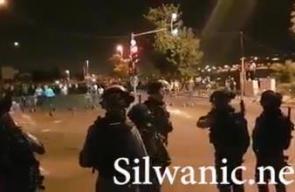 #شاهد قنابل صوتية بكثافة باتجاه عشرات المصلين  قرب باب الأسود- الأسباط .. هتفوا