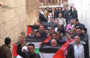 #شاهد مسيرة داخل حرم المسجد الإبراهيمي في الخليل ورفع العلم الفلسطيني لأول مرة منذ 20 عاما .  تصوير ابو عماد جابر