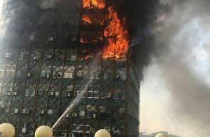 لحظة انهيار مبنى 15 طابقًا في طهران بعد اشتعاله وسقوط ضحايا