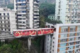 الصين تدشن قطاراً يمر داخل برج سكني