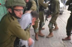 #شاهد لحظة اعتقال قوات الاحتلال فتى فلسطيني خلال مواجهات منطقة باب الزاوية بالخليل قبل قليل .  تصوير ابو عماد جابر