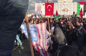 #شاهد حرق علم الكيان الإسرائيلي والأميركي ومجسم لترامب في مسيرة ضخمة في #اسطنبول نصرة للقدس ورفضاً لقرار ترامب بشأن #القدس. تصوير: Bahaa Abazeid #القدس_عاصمة_فلسطين