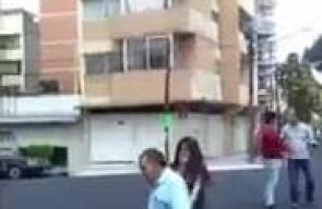انهيار مبنى سكني إثر الزلزال المدمر الذي يضرب العاصمة المكسيكية مسكيكو سيتي