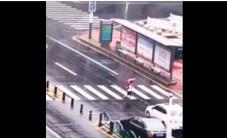 طفل يعبر طريق عام ويقوم بـ 3 حركات غريبة
