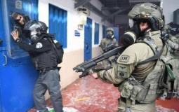 قوات القمع التابعة للاحتلال تعتدي على الأسرى - أرشيفية -