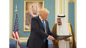 الملك سلمان وترامب الذي بدأ اليوم زيارة إلى السعودية