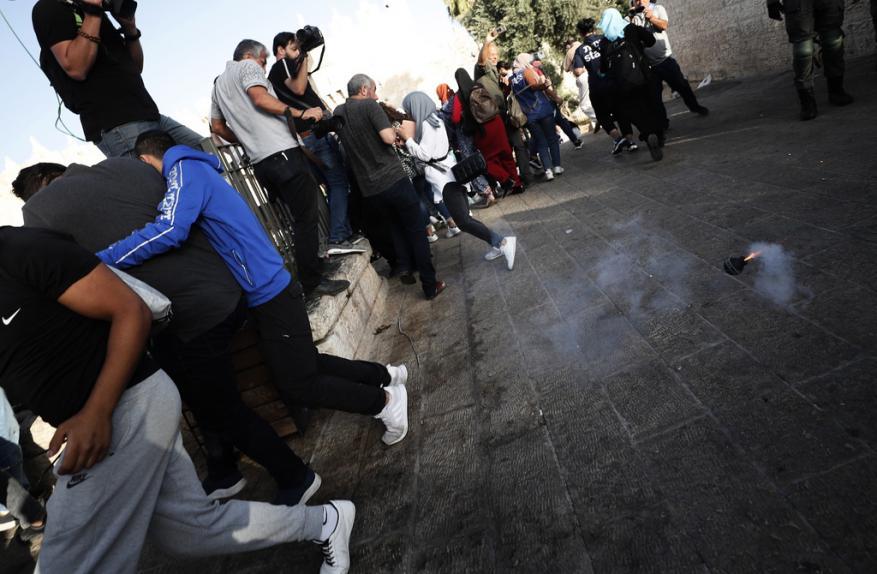 """قوات الاحتلال تعتدي على مقدسيين أثناء الصلاة في """"باب العامود"""""""