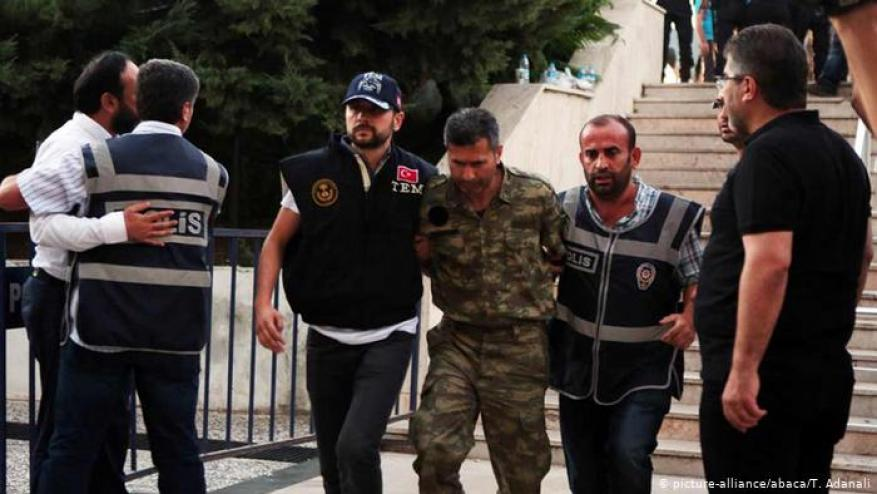تركيا: اعتقال عشرات العسكريين بتهمة الإنتماء لغولن
